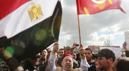 Rached Ghannouchi (au centre) lors d'une manifestation devant l'ambassade égyptienne à Tunis, le 4 février dernier.