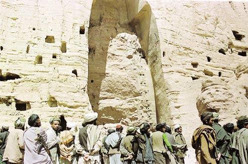 Des talibans devant la niche vide du grand Bouddha,le 26 mars 2001. (Amir Shah/AP)