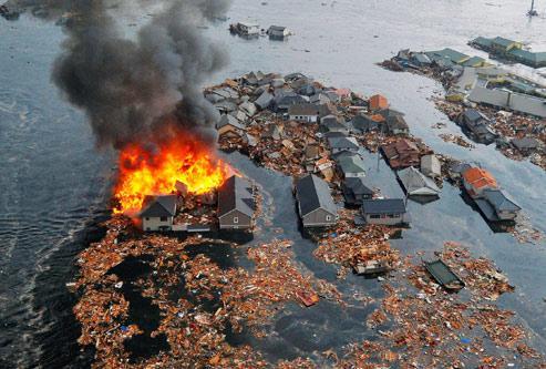 Un violent tsunami a dévasté le Japon, vendredi. (Crédits photo : Reuters)