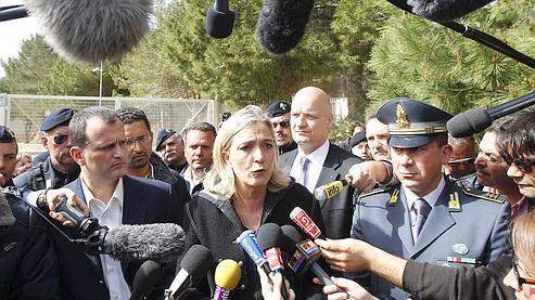 Marine Le Pen dans le centre d'accueil des immigrants en situation irrégulière installé dans l'île de Lampedusa.