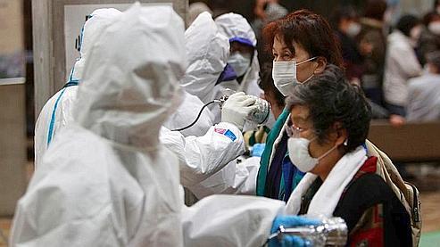 Des évacués passent des mesures de contrôle dans la région de Fukushima.