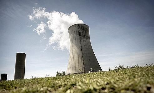 Vue d'une cheminée de la centrale nucléaire du Tricastin, à Bollène.