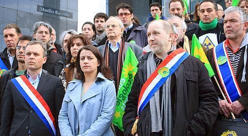 Cécile Duflot (au centre), secrétaire nationaled'Europe Écologie-Les Verts,a appeléà une sortie européennedu nucléaire, mardi, sur les marchesde l'Opéra Bastille,à Paris.