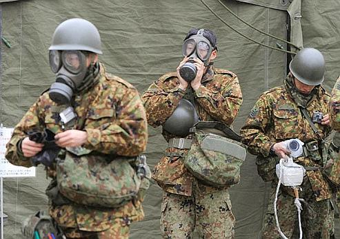 Des officiers des Forces japonaises d'autodéfense se préparent pour nettoyer une zone contaminée à Nihonmatsu, mardi près de Fukushima. CRédits photo: Kyodo/Reuters.