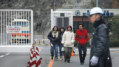 Des survivants de la double-catastrophe du 11 mars sortent de la centrale nucléaire d'Onagawa.