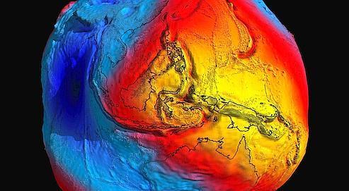 Un géoïde est le terme scientifique qui désigne la forme théorique qu'aurait la Terre au centimètre près , compte tenu des microvariations de g, si les océans étaient parfaitement immobiles.
