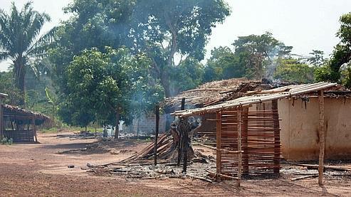 Des habitations détruites, à Dékoué, mardi dernier.