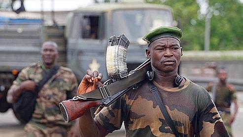 Un soldat revient d'un combat à un checkpoint à l'entrée d'Abidjan mercredi.