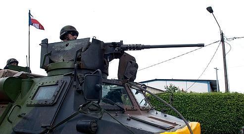 Un blindé de la force Licorne à Abidjan, le 3 avril.