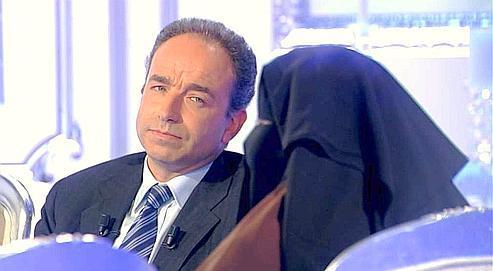 Jean-François Copé face à une femme intégralement voilée sur le plateau de Thierry Ardisson, sur Canal +, en 2010.