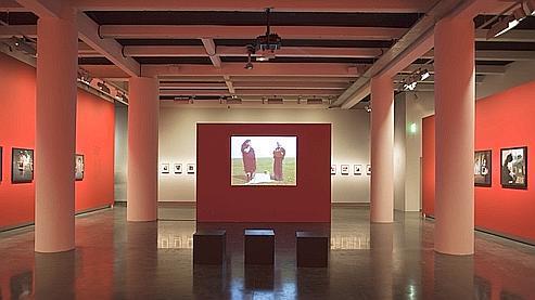 La salle principale du Bal, qui expose «Cinq étranges albums de famille» jusqu'au 17 avril.