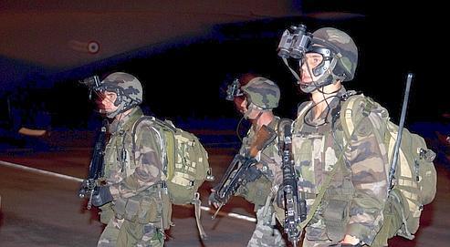 Des hommes de la force «Licorne» le 3 avril à l'aéroport d'Abidjan.