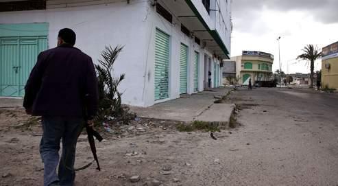 L'Otan, critiquée pour sa lenteur, s'est engagée mercredi «à tout faire pour protéger» l'agglomération de Misrata, assiégée depuis quarante jours par les troupes de Kadhafi.
