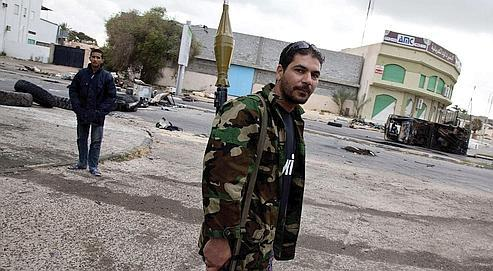 Un rebelle marchedans les rues de Misrata, assiégée depuis un mois.
