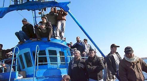 Au port de Benghazi, les rebelles chargent le navire de pêche Karouba d'armes, de réserves de nourriture et de munitions à Misrata.