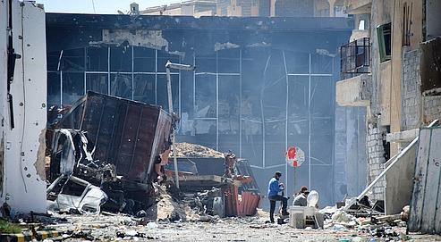 À Misrata, des rebelles tiennent un checkpoint dans la ville soumise à d'intenses bombardements par les forces de Kadhafi.