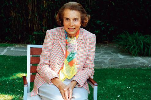 Liliane Bettencourt, lundi, dans les jardins de l'Hôpital américain de Neuilly-sur-Seine. (Crédits photo : Bruno MOURON)