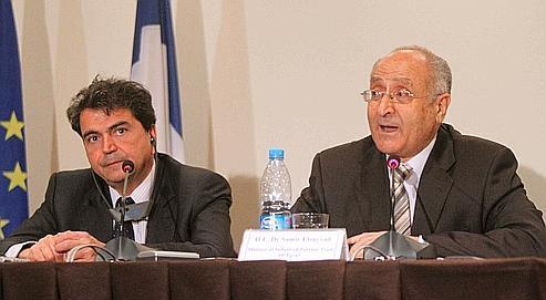 Pierre Lellouche et son homologue égyptien Samir Sayyad, ce mercredi, lors d'une conférence de presse au Caire. KHALED DESOUKI/AFP.