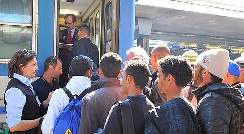Des Tunisiens attendent de monter dans un train à Rome en direction de Vintimille.