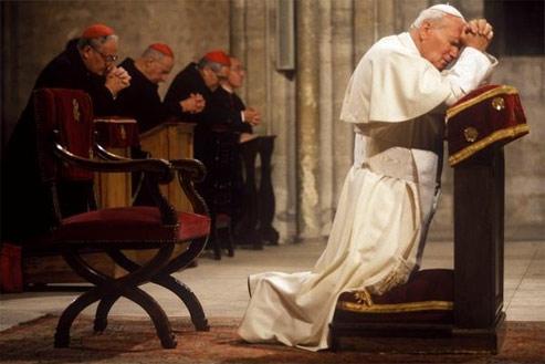 22 septembre 1996 : Jean-Paul II en prière dans la cathédrale de Reims. (Gianni Giansanti)