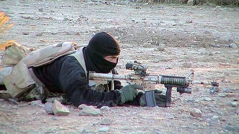 Sur cette photo obtenue auprès de l'armée américaine en 2002, un membre des Navy Seals couvre un de ses hommes, dans l'est de l'Aghanistan.