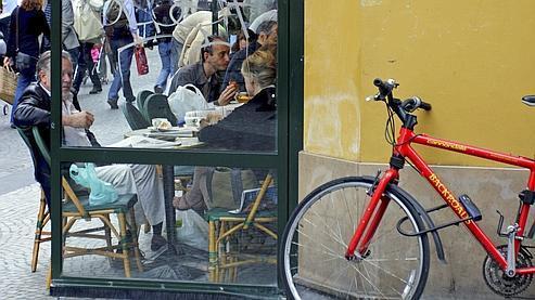 Au croisement des rues Mandar et Montorgueil, un cycliste parisien a garé son vélo.