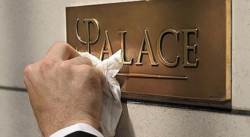 Un employé du Bristol, à Paris, astique la nouvelle plaque distinguant le palace. Quatre hôtels de la capitale ont reçu cette distinction.