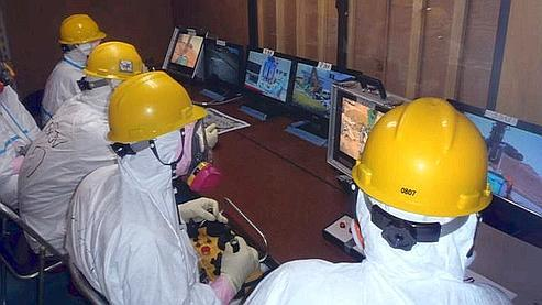 Des ingénieurs contrôlent des robots envoyés dans le réacteur n°1 de Fukushima, mi-avril.