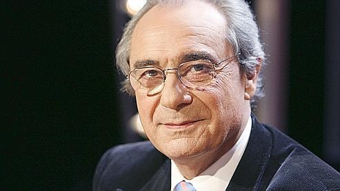 Bernard Debré est le frère jumeau de Jean-Louis Debré, président du Conseil Constitutionnel, et fils de Michel Debré, rédacteur de la Constitution de la Ve République.