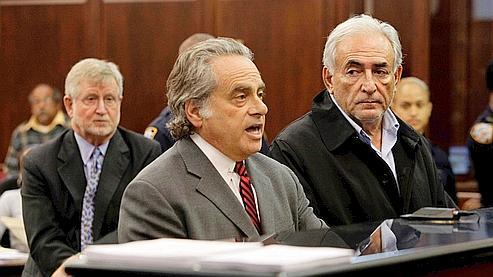 Au premier plan, Me Benjamin Brafman et son client Dominique Strauss-Kahn, durant la première audience au tribunal de ce dernier, le 16 mai. Au fond, à gauche, l'autre conseil de DSK, Me William Taylor.