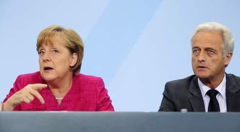 Angela Merkel, ici avec le ministre des transports Peter Ramsauer, a annoncé lundi l'abandon du nucléaire par l'Allemagne à l'horizon 2022.