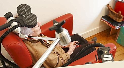 La stimulation magnétique transcrânienne est expérimentée selon divers procédés.Une société israélienne développe cette technologie contre Alzheimer.