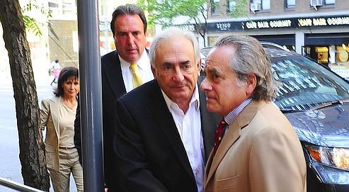 DSK, suivi d'un garde du corps et d'Anne Sinclair, s'est rendu mardi au cabinet de son avocat Benjamin Brafman (au premier plan), à Manhattan.
