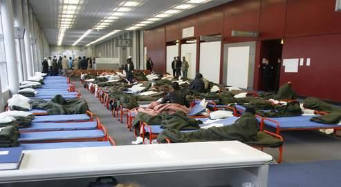 Un centre de rétention provisoire pour clandestins dans un hall désaffecté de l'aéroport Roissy-Charles de Gaulle, en 2008.