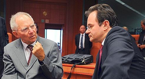 Le ministre allemand des Finances, Wolfgang Schäuble, et son homologue grec, Georges Papaconstantinou, mardi à Bruxelles.
