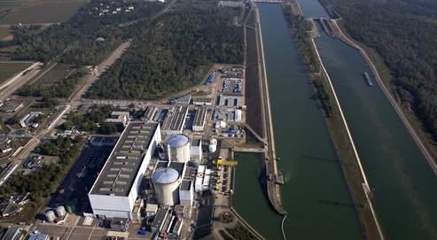 La centrale nucléaire de Fessenheim, en bordure du grand canal d'Alsace, est située juste au-dessus de la nappe phréatique du Rhin.