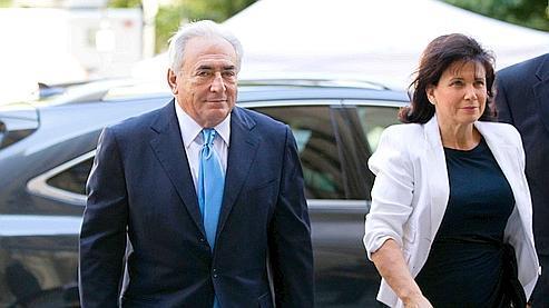 DSK et sa femme Anne Sinclair arrivent vendredi au tribunal de New York (capture d'écran).