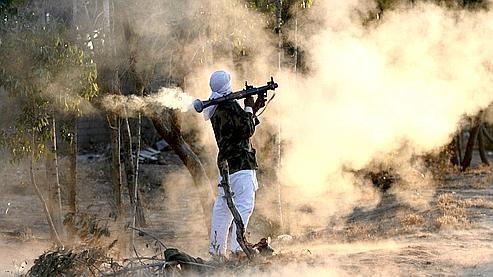 Les autorités françaises ont la certitude qu'Aqmi a réussi à se procurer des armes lourdes et peut-être même des missiles sol-air provenant des stocks de Kadhafi. Ici, un rebelle libyen (illustration).
