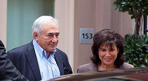 Dominique Strauss-Kahn et Anne Sinclair quittent leur domicile temporaire de New York, vendredi, après la levée de l'assignation à résidence de l'ex-directeur du FMI.