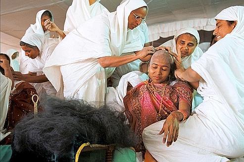 Une jeune femme entourée de nonnes jaïns (courant religieux proche de l'hindouisme) fait son entrée en religion. Après les voeux de pauvreté et d'abstinence, les nonnes lui ont retiré en une heure tous ses cheveux. (Raphaël Gaillarde)