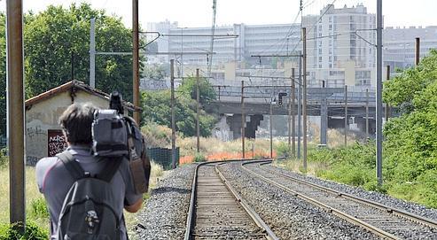 Une vingtaine de jeunes ont bloqué, jeudi soir, un train express régional à son passage dans la banlieue nord de Marseille, afin d'immobiliser le train de marchandisesqui suivait derrière pour le dévaliser.