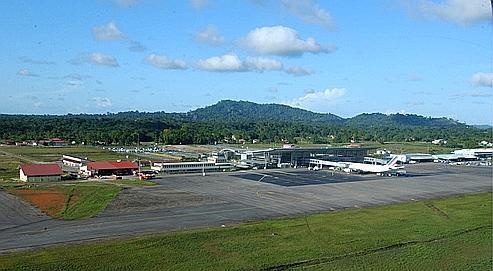 L'aéroport de Cayenne Rochambeau est le 27e aéroport françaisen terme de trafic .