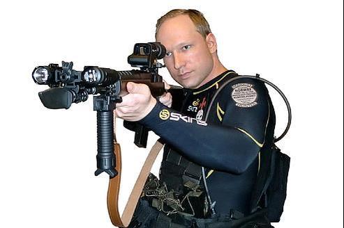 Anders Behring Breivik en tenue de combat dans la vidéo publiée vendredi sur YouTube.