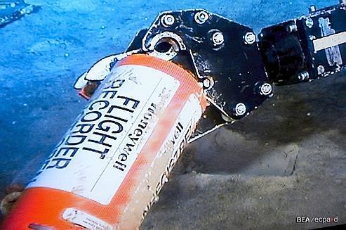 Une des boîtes noires du vol AF 447. Plusieurs campagnes de recherches ont été nécessaires pour renflouer les enregistreurs de données.