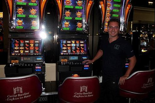 technicien de machines sous l 39 homme cl du casino. Black Bedroom Furniture Sets. Home Design Ideas
