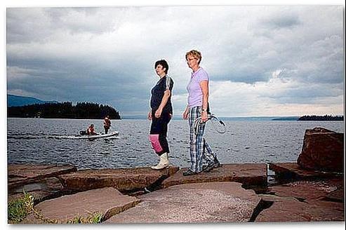 Hege Dalen et Toril Hansen étaient en vacances dans un camping en face d'Utoeya lorsque la tuerie a eu lieu. Elles ont sauvé 40 personnes. Crédits photo : Capture d'écran hs.fi