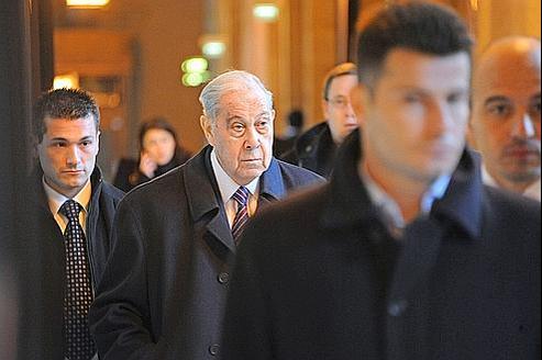 Charles Pasqua arrivant au palais de Justice de Paris dans le cadre d'une autre affaire, le procès de l'Angolate.