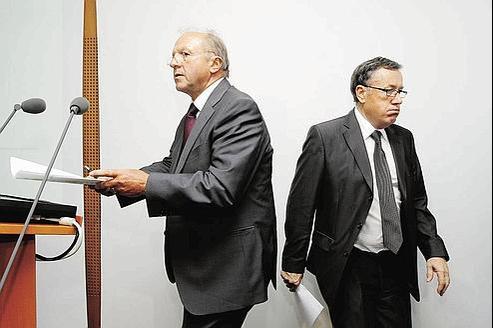 Jean-Paul Troadec, directeur du BEA et Alain Bouillard, directeurde l'enquête, lors de la publication, le 29 juillet dernier, du troisième rapport d'étape sur l'accident du vol AF 447. (Crédits photo: REUTERS)