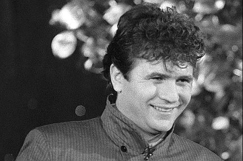 Daniel Balavoine recevant un disque d'or, le 22 décembre 1983, lors de la remise des trophées du sports d'Antenne 2 à Paris.