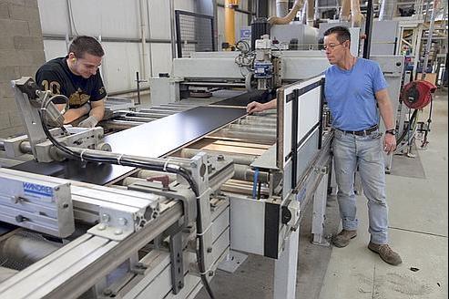L'entreprise Alsapan, spécialiste de la fabrication de meubles en kit. Le secteur de l'ameublement en bois et de la menuiserie rencontre une pénurie de main-d'œuvre qualifiée.